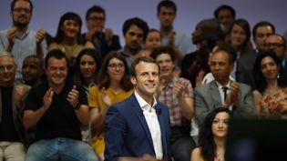 Emmanuel Macron lors du premier meeting de son mouvement En marche !, à la Maison de la mutualité à Paris, le 12 juin 2016 (PATRICK KOVARIK / AFP)