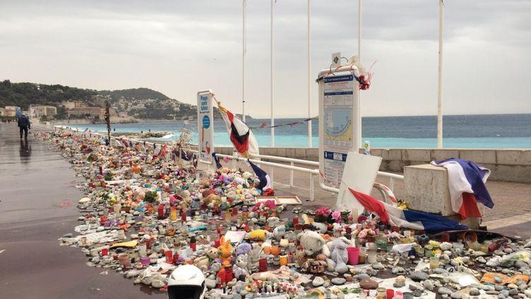 L'un des mémoriaux improvisés en hommage aux victimes de l'attentat du 14-Juillet, le 14 octobre 2016 sur la promenade des Anglais à Nice (Alpes-Maritimes). (BENOIT ZAGDOUN / FRANCEINFO)