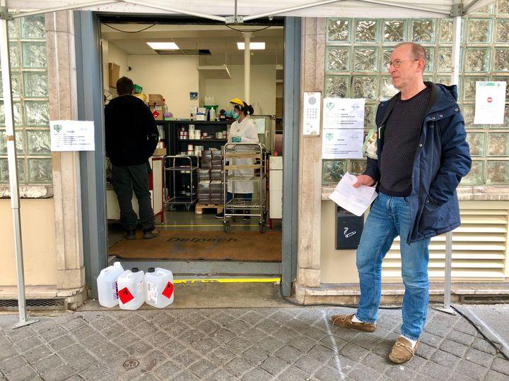 Jean-François est venu de l'Essonne chercher du gel hydroalcoolique dans la pharmacie Delpech du 6e arrondissement de Paris, le 31 mars 2020. (MATTHIEU MONDOLONI / RADIO FRANCE)