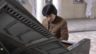 Le pianiste Kit Armstrong enregistre un concert dans son église d'Hirson, dans l'Aisne. (KIT ARMSTRONG (VIA YOUTUBE))
