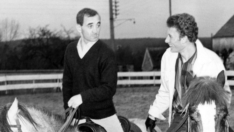 Charles Aznavour et Johnny Hallyday à cheval dans les années 60  (Gamma-Keystone / Getty Images)