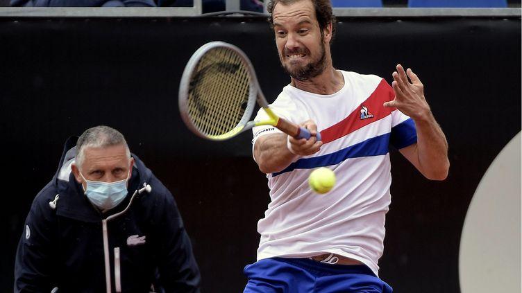 Le Français Richard Gasquet n'a pas trouvé la solution pour se défaire du Russe Karen Khachanov en quarts de finale de l'ATP 250 de Lyon, vendredi 21 mai. (MAXIME JEGAT / MAXPPP)