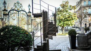 Le tronçon de l'escalier hélicoïdal de la Tour Eiffel vendu274.000 euros chez Artcurial mardi 1er décembre 2020. (STEPHANE DE SAKUTIN / AFP)