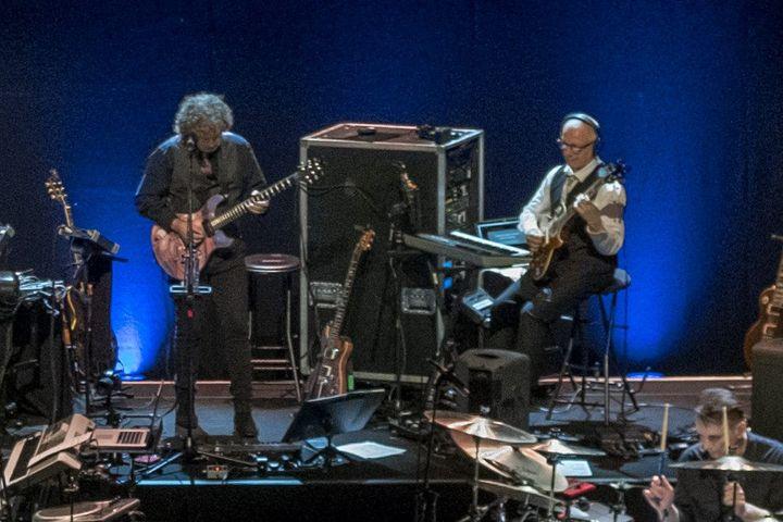 Jakko Jakszyk et Robert Fripp sur la scène du Paladium, à Londres, le 19 aout 2018 (MAXPPP)