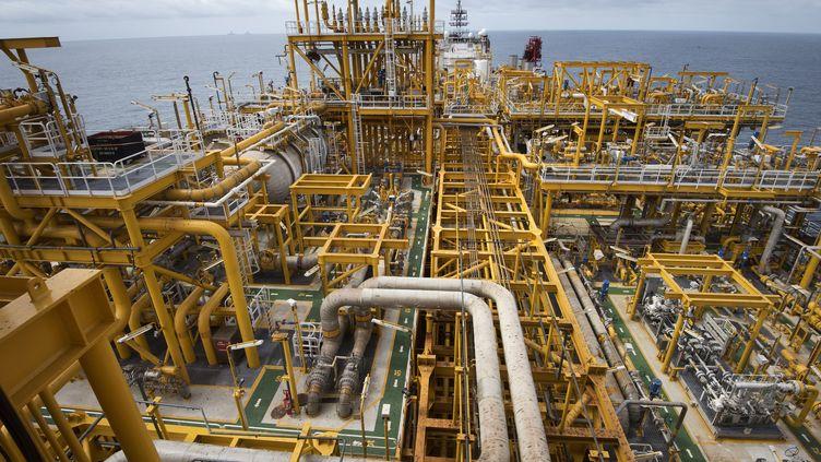 Un pétrolier appartenant à la compagnie française Total et reconverti en unité flottante de production, de stockage et de déchargement (FPSO) dans l'Atlantique, au large des côtes de l'Angola le 8 novembre 2018 (RODGER BOSCH / AFP)