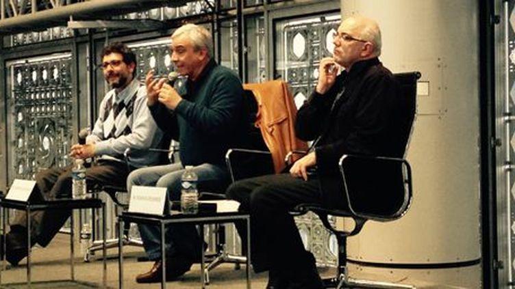 Yassin Al Haj Saleh (au centre) présente son livre «Récits d'une Syrie oubliée» à l'Institut du Monde Arabe, le 2 avril 2015. (Alain Chemali/FTV)