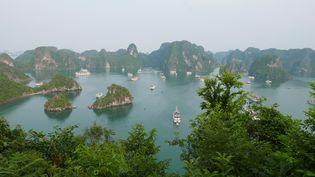 La baie d'Halong, l'un des sites les plus visités au Vietnam. On peut y passer une nuit sur une pagode. (Photo EMMANUEL LANGLOIS)