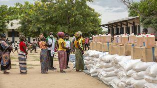 Des femmes déplacées font la queue lors d'une distribution de colis fournis par le Programme alimentaire mondial dans le district de Matuge, dans le nord du Mozambique, le 24 février 2021. (ALFREDO ZUNIGA / AFP)