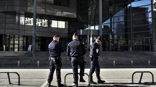 Des policiers devant la Cour d'Assises de Grenoble (Isère), lors de l'ouverture du procès de la rixe d'Echirolles, le 2 novembre 2015. (JEFF PACHOUD / AFP)