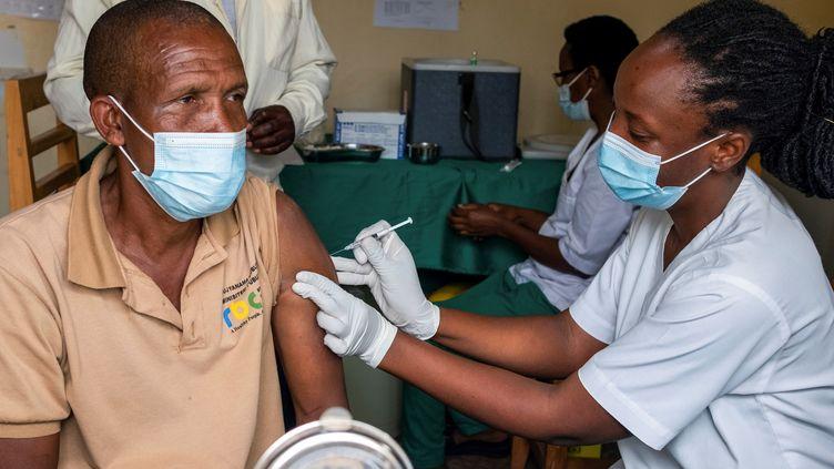 Un homme reçoit une dose de vaccin contre leCovid-19 le 5 mars 2021 à l'hôpital de Masaka, à Kigali, la capitale rwandaise. (JEAN BIZIMANA /REUTERS)