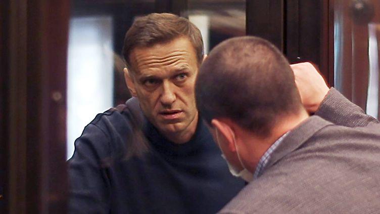 Alexeï Navalny discute avec son avocat pendant son procès, le 2 février 2021, à Moscou. (MOSCOW CITY COURT / TASS / SIPA)