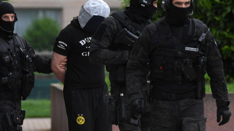 Des policiers arrêtent un homme à Strasbourg (Bas-Rhin) le 13 mai 2018, dans le cadre de l'enquête sur l'attentat au couteau perpétré à Paris la veille. (PATRICK HERTZOG / AFP)
