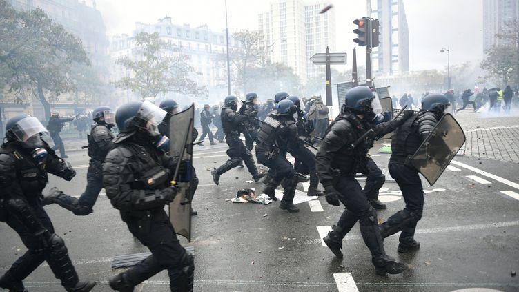 """Des gendarmes mobiles lors d'une manifestation des """"gilets jaunes"""", le 16 novembre 2019, à Paris. (MARTIN BUREAU / AFP)"""