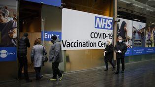 Des Britanniques font la queue pour se faire vacciner contre le Covid-19, le 15 février 2021 à Londres. (TOLGA AKMEN / AFP)