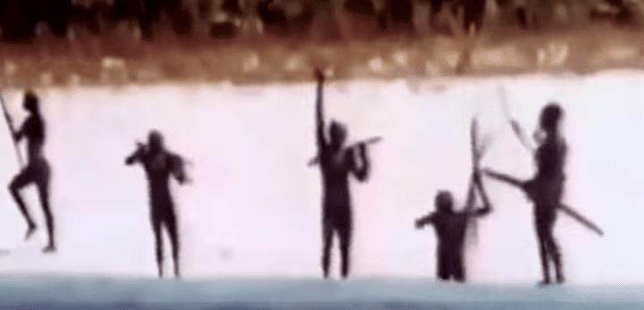 Capture d'écran d'un documentaire qui montre des habitants de l'île North Sentinel menaçant une équipe d'anthropologues qui tentent d'entrer en contact avec eux (date non précisée). (DOCUMENTARY CHANNEL)