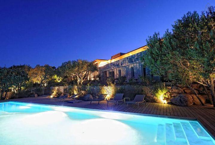 Capture d'écran de la page du site Airbnb présentant la villa de HP, située à Porto-Vecchio et louée 1600 euros la nuit en haute saison, le 11 août 2015. (AIRBNB)