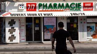 Un homme devant une pharmacie de Paris, le 24 juillet 2014. (  MAXPPP)