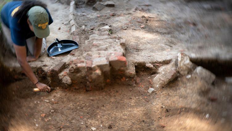 La jeune archéologue Chardé Reid travaille sur un site historique de Jamestown, en Virginie, le Colonial National Historical Park, sur les traces d'Angela et de ses compagnons d'infortune (19 août 2019) (BRENDAN SMIALOWSKI / AFP)