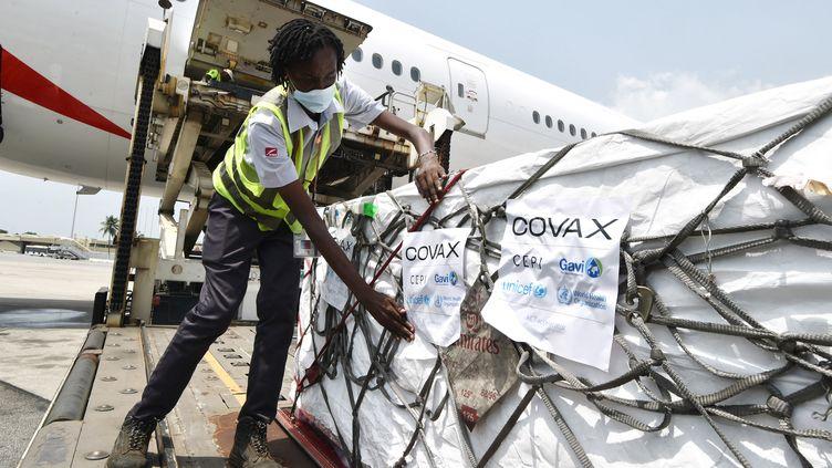 Réception des vaccins du dispositif Covax à Abidjan (Côte d'Ivoire), le 26 février 2021. (SIA KAMBOU / AFP)