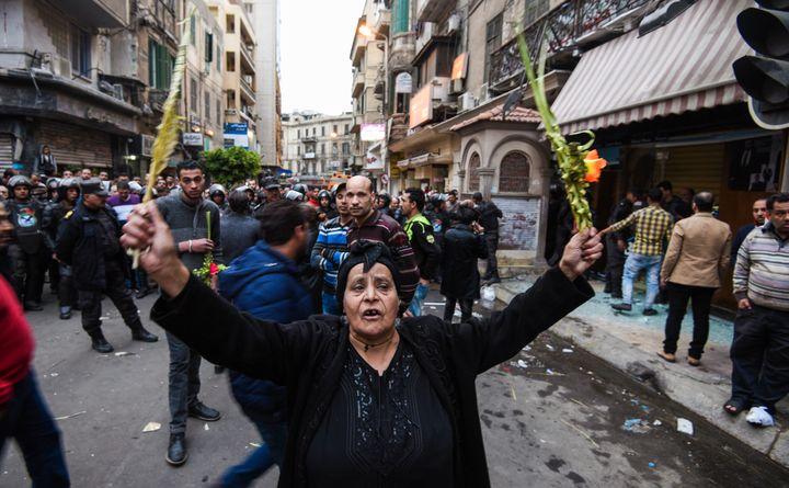 A Alexandrie (Egypte), le terroriste s'est fait sauter après avoir été interpellé par la police, devant l'égliseSaint-Marc, dimanche 9 avril 2017. (MOHAMED EL-SHAHED / AFP)