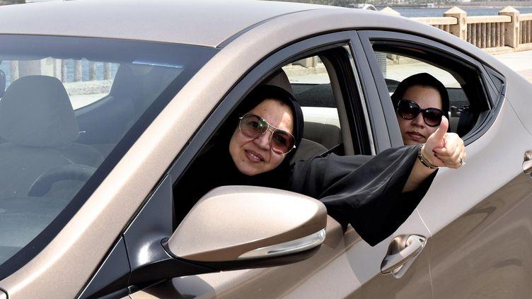 Une femme conduit une voiture à Djeddah (Arabie saoudite), le 24 juin 2018. (YUMIKO KURASHIGE / YOMIURI / AFP)