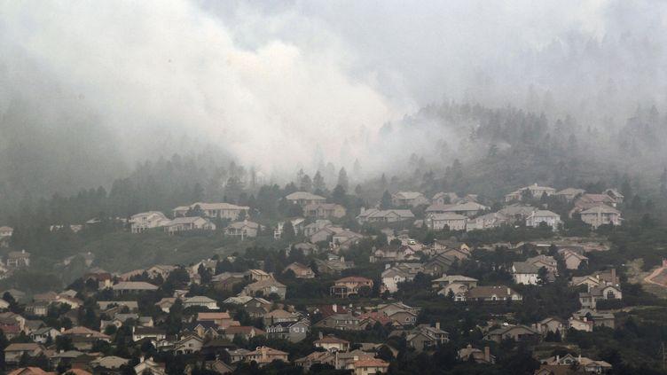 Les faubourgs résidentiels de Colorado Springs (Etats-Unis) menacés par un feu de forêt, le 27 juin 2012. (RICK WILKING / REUTERS)