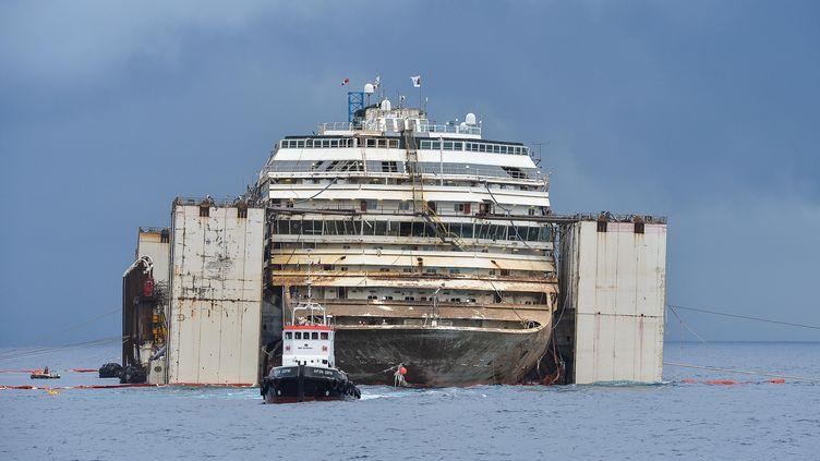 Le Costa Concordia, qui s'était échoué en janvier 2012, a été renfoulé à l'été 2014. L'épave aainsi pu quitter les côtes del'île de Giglio le 23 juillet en direction de Gênes, où elle a été démantelée. (ANDREAS SOLARO / AFP)