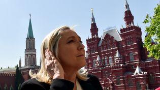 Marine Le Pen visite la place Rouge à Moscou (Russie), le 26 mai 2015. (KIRILL KUDRYAVTSEV / AFP)