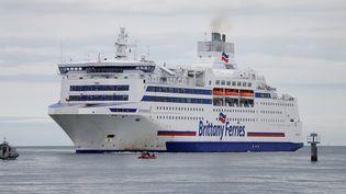 """Lebateau """"Normandie"""", de la compagnie Britanny Ferries, arrive à Ouistreham (Calvados), le 29 juin 2017. (CHARLY TRIBALLEAU / AFP)"""
