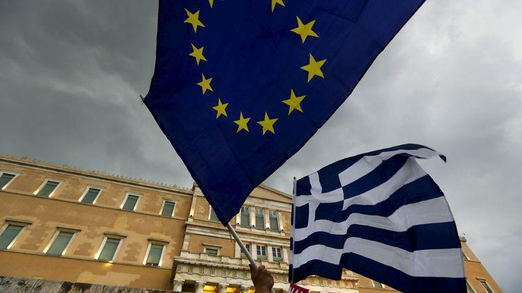 Les drapeaux grec et européen devant le Parlement grec, le 30 juin 2015, à Athènes (Grèce). (YANNIS BEHRAKIS / REUTERS)