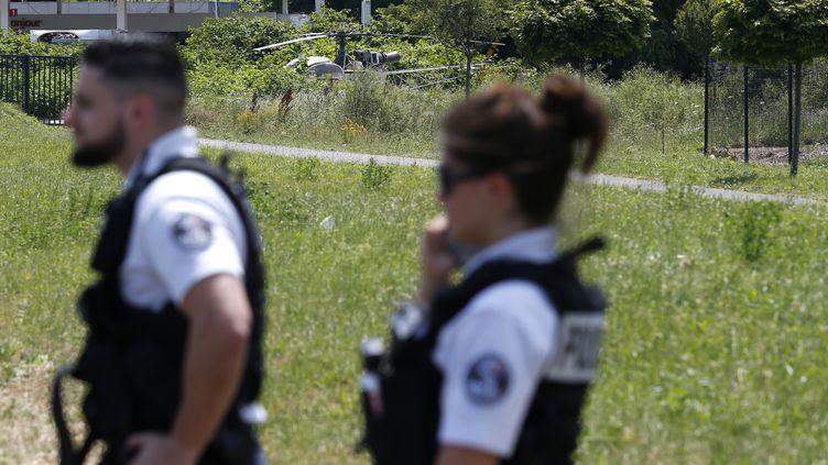Des policiers devant l'hélicoptère qui a servi à l'évasion de Redoine Faïd, le 1er juillet 2018 à Gonesse (Val-d'Oise). (GEOFFROY VAN DER HASSELT / AFP)
