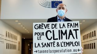 Le député européenPierre Larrouturou le 28 octobre 2020 au Parlement européen de Bruxelles, au début de sa grève de la faim. (KENZO TRIBOUILLARD / AFP)