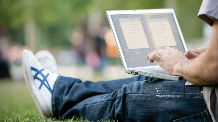 Les foyers qui peuvent regarder la télévision sur leur ordinateur et qui ne possèdent pas de téléviseur pourraient bientôt être taxés, a annoncé la ministre de la Culture, Aurélie Filippetti, le 30 juin 2012. (JAMES HARDY / ALTOPRESS / AFP)