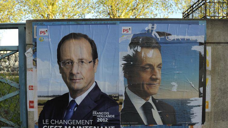 Les affiches de campagne officielle de François Hollande et Nicolas Sarkozy, le 16 avril 2012, à Paris. (REUTERS)