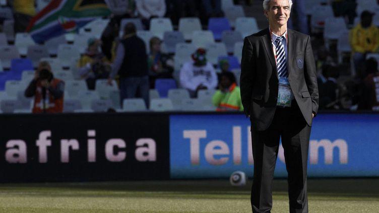 Raymond Domenech, ancien sélectionneur de l'équipe de France, avant la rencontre contre l'Afrique du Sud, lors de la coupe du Monde de football, le 22 juin 2010. (IVAN ALVARADO / REUTERS )