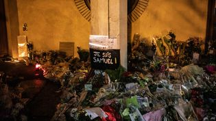 Des fleurs déposées à Conflans-Sainte-Honorine (Yvelines), lors d'une marche blanche en hommage au professeur Samuel Paty, le 20 octobre 2020. (THOMAS MOREL-FORT / HANS LUCAS / AFP)