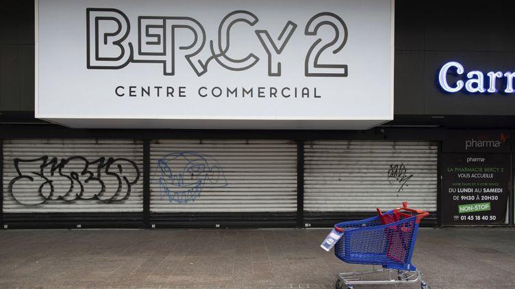 Le centre commercial Bercy 2 fermé à Charenton-le-Pont (Val-de-Marne), le 29 avril 2020. (DEROUBAIX JEAN-FRANCOIS / HEMIS / AFP)