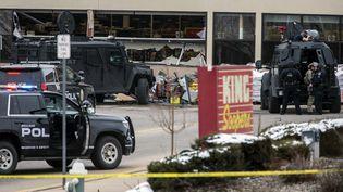 Un important dispositif policier a été déployé autour d'un supermarché de la ville de Boulder (Colorado, Etats-Unis), cible d'une fusillade le 22 mars 2021. (CHET STRANGE / GETTY IMAGES NORTH AMERICA VIA AFP)