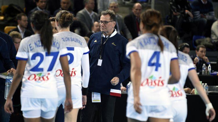Olivier Krumbholz et les filles de l'équipe de France (JEAN-CHRISTOPHE VERHAEGEN / AFP)