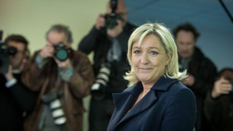 Marine Le Pen vote pour le second tour des élections départementales, le 29 mars 2015, à Hénin-Beaumont (Pas-de-Calais). (MICHAEL BUNEL / NURPHOTO / AFP)