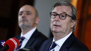 Le président du Racing 92 Jacky Lorenzetti et le président du Stade français Thomas Savare en conférence de presse, le 13 mars 2017. (THOMAS SAMSON / AFP)