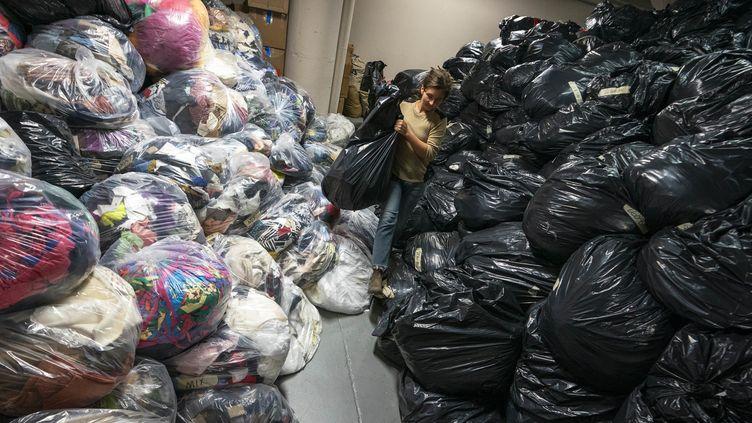 Les sacs de déchets textiles dans l'entrepôt de Fabscrap, 2019  (Don Emmert / AFP)
