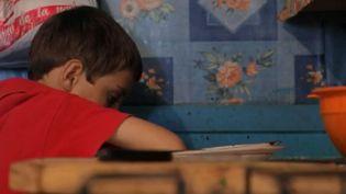 Ce sont des enfants condamnés à grandir à des centaines de kilomètres de leurs parents : des petits Roumains dont le père et la mère sont partis travailler en Europe de l'Ouest pour mieux gagner leur vie. 100 000 à 300 000 enfants seraient concernés. (FRANCE 2)