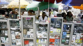 """Le """"computer village"""" de Lagos, l'incontournable marché du téléphone mobile et de l'ordinateur d'occasion de la capitale économique du Nigeria. (ISSOUF SANOGO / AFP)"""