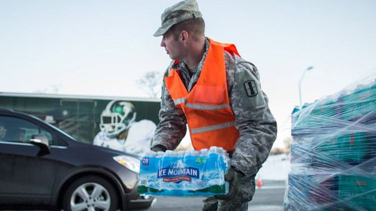 Distribution d'eau minérale à Flint (GEOFF ROBINS / AFP)