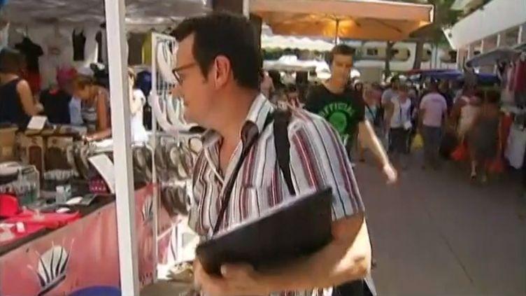 Un agent de la répression des fraudes sur le marché de La Grande-Motte (Hérault), en août 2013. ( FRANCE 2 / FRANCETV INFO)