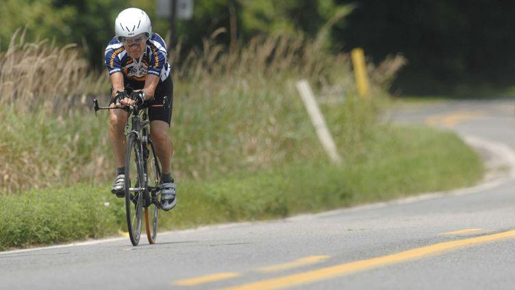 Le cycliste Carl Grove à l'entraînement sur une route de Bristol (Rhode Island), aux Etats-Unis, le 9 août 2011. (J. TYLER KLASSEN / AP / SIPA)