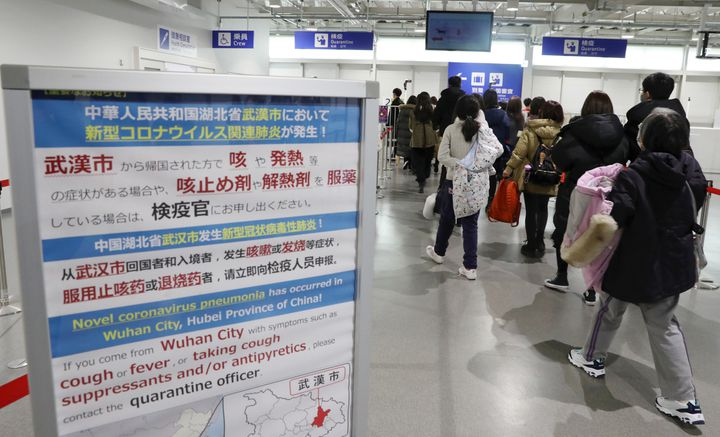 A Osaka (Japon), des instructions sont affichées pour les passagers des vols en provenance de Wuhan (Chine), le 21 janvier 2020. (KEN SATOMI / YOMIURI)