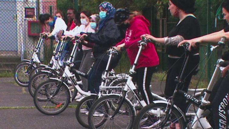 Au Danemark, se déplacer à vélo pour aller au travail est tout à fait banal. En France, on s'y met depuis le déconfinement. Un peu partout, des écoles proposent aux adultes une remise à niveau. (FRANCE 3)