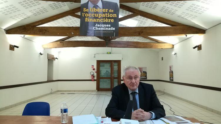 Jacques Cheminade, prêt pour débuter sa réunion publique, à Villefontaine (Isère), le 11 avril 2017. (HUGO CAILLOUX / FRANCEINFO)